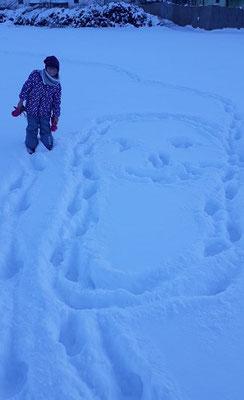 Zeichnen im Schnee mit den Füßen -Gesicht im Schnee, gestaltet von Sinziana B., Kids-Gruppe