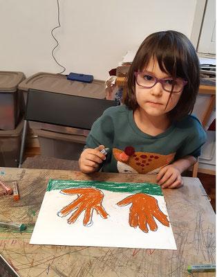 Sinziana B. malt ihre Hände, Kids, 2020