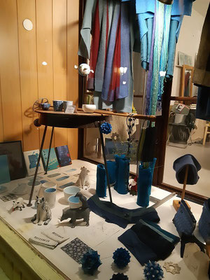 pop up store auslage in türkis-blau... schals von neda bevk im hintergrund