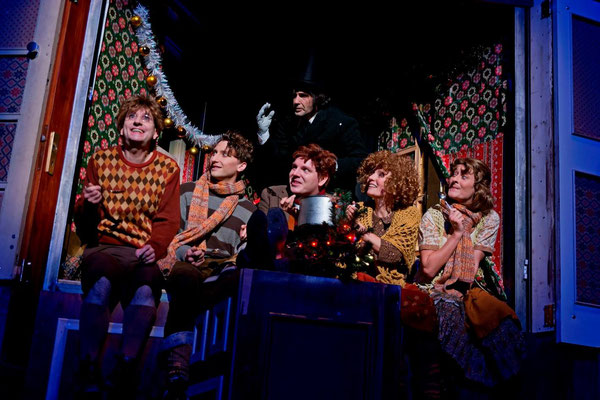 """Als Peter Cratchit (links) in der Szene """"Weihnachten bei Cratchits"""" (©Björn Hickmann für das SST)"""