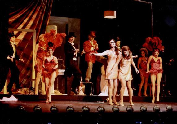"""... """"Antonia""""-Finale, die """"Show-Welt"""" bricht in Hoffmanns Alltag ein. (© Roger Paulet)"""