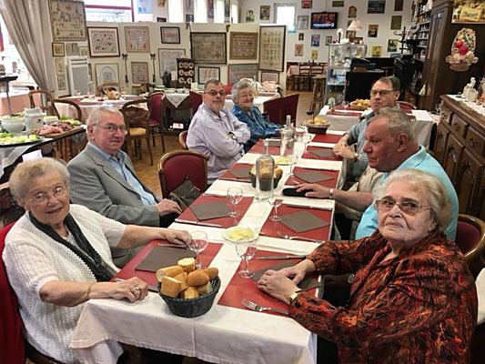 Les résidents de la Résidence Jasmin sortent déjeuner au Relais de Perceneige