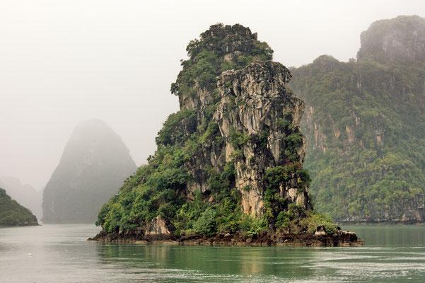 Bizarre Felsformation in der Bucht von Vinh Ha Long