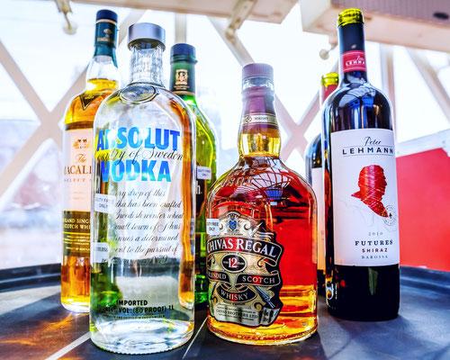 Zudem ist Ihnen die Einfuhr von 1.5 Litern mit Alkoholgehalt über 22 Prozent erlaubt. Bei Getränken mit weniger als 22 Prozent Alkohol steigt die erlaubte Höchstmenge auf zwei Liter.