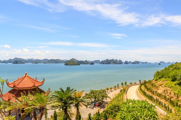 Eine der zahlreichen Inseln der Ha Long Bucht