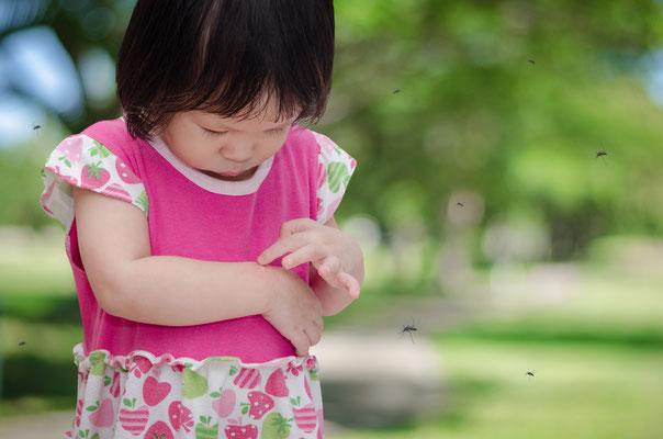 Kinder sind besonders gefährdet und sollten im Vietnam Urlaub jederzeit vor Mückenstichen geschützt werden.