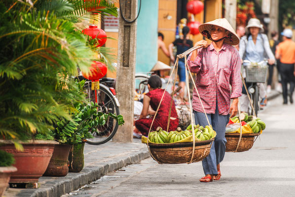 Straßenhändler verkaufen überall in der Stadt köstliche Früchte und Snacks