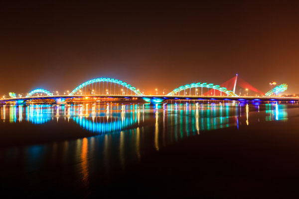 Bei Nacht sieht die Drachenbrücke besonders toll aus