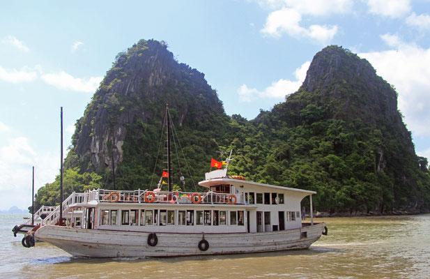 Vinh Ha Long erkundet man am Besten per Schiff