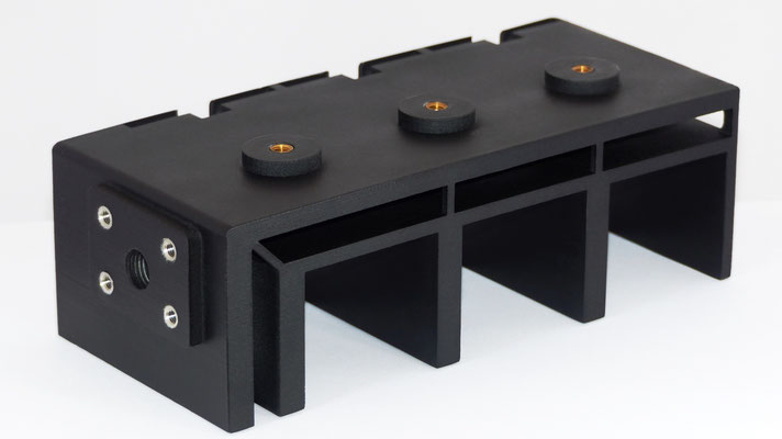 schwarzes Bauteil aus Kunststoff, mit Nachbearbeitung sowie Montage von Gewindebuchsen, hergestellt per Rapid Prototyping Verfahren, selektives Lasersintern
