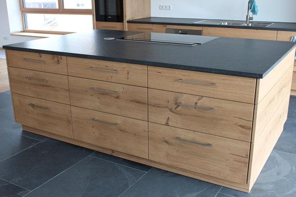 Der Küchenblock wird optimal genutzt mit großzügigen Schubladen