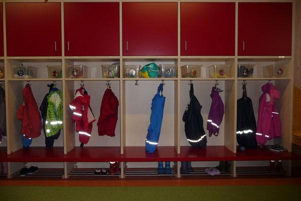 liebevoll gestaltete Garderobe im Kindergarten