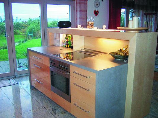 Küche und Esszimmer durch integriertem Tresen optisch offen getrennt