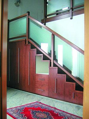 Treppe mit integriertem Garderobenschrank - da bleibt kein Platz für Chaos