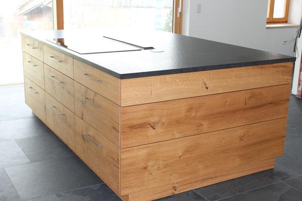 Küchenblock mit Steinarbeitsplatte und integriertem Kochfeld mit Dunstabzug nach unten