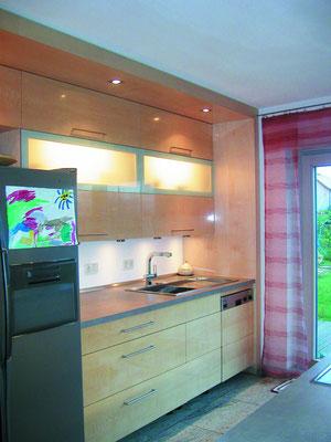 Hochglanzküche in Ahorn mit freistehendem Kühlschrank eingebunden