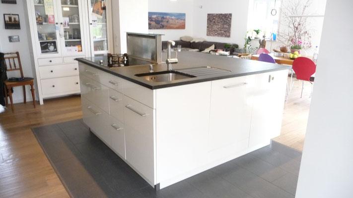 Küchenarbeitsblock: Kochfeld mit Gas und Elektro, Dunstabzug nach unten absaugend, Spülbecken, Spülmaschine und Arbeitsfläche