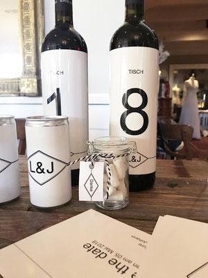 Weinflaschen als mit Etiketten als Tischnummer