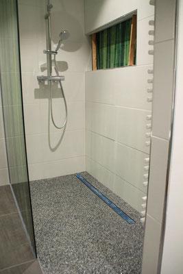 Marmorsteinteppich Grau-Mix mit Glas Grün gerundet