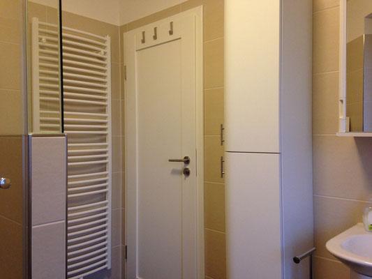 Hinweis: Das Badezimmer ist nur von dem Schlafzimmer aus zu betreten.