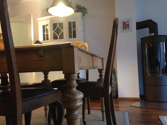 Dieser Tisch ist seit mehreren Generationen in dem Besitz unserer Familie und wirklich alt.