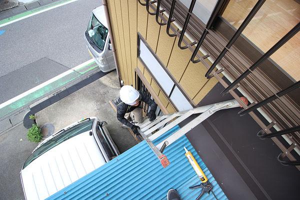 屋根板金施工の様子
