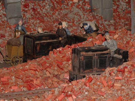 Zwei Loks versuchen der Trümmer Herr zu werden.