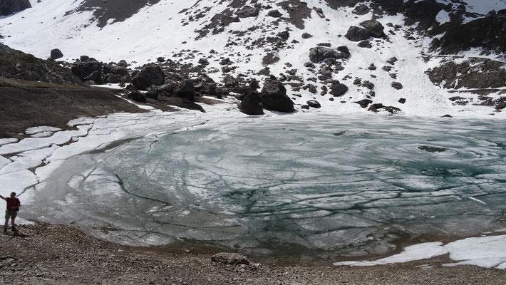 der kleine See ist noch zugefroren