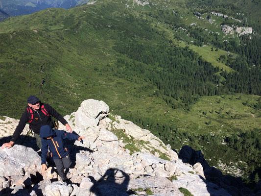 Unterwegs wird man mit wunderschönen Tiefblicken belohnt. Der Klettersteig ist zwar nur leichte Kraxelei und ideal für die Jungs. Trotzdem heißt es natürlich aufpassen.
