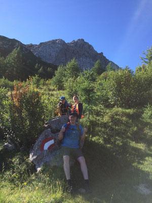 Frühmorgens gings los auf den Zottachkopf. Siegi, Simon starteten zusammen mit unseren Gästen Jörg mit Sohn Felix von der Rattendorfer Alm. Im Hintergrund sieht man bereits das Ziel.
