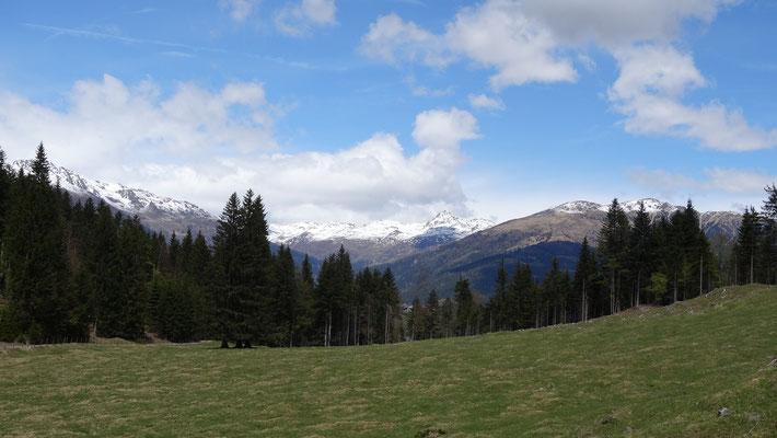 auf den Bergen liegt noch Schnee