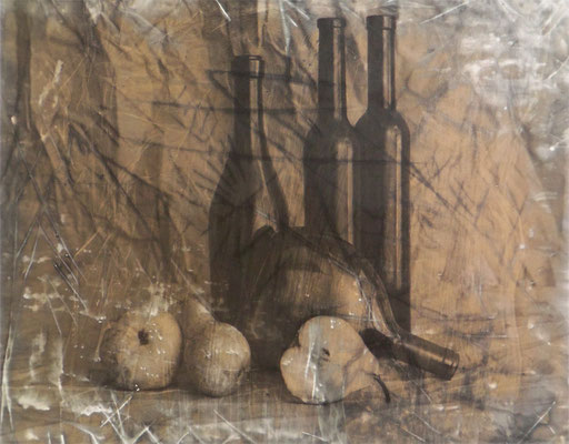 Stilleben mit drei stehenden Flaschen Handabzug auf Silber-Gelatine-Barytkarton vom Originalnegativ – labortechnisch verfremdet; unikate Variante (Finegrafie) 40x50 cm, montiert auf 50x70 cm Museums-Karton 495,- EUR