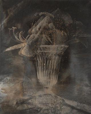 Vase mit Blüte Handabzug auf Silber-Gelatine-Barytkarton vom Originalnegativ – labortechnisch verfremdet; unikate Variante (Finegrafie) 40x50 cm, montiert auf 50x70 cm Museums-Karton 495,- EUR