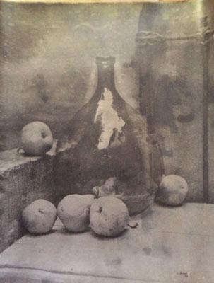 Stilleben mit einer großen Flasche Handabzug auf Silber-Gelatine-Barytkarton vom Originalnegativ – labortechnisch verfremdet; unikate Variante (Finegrafie) 100x80 cm 1.200,- EUR (ohne Rahmen) 1.350,- EUR (mit HALBE-Rahmen Alu-natur)