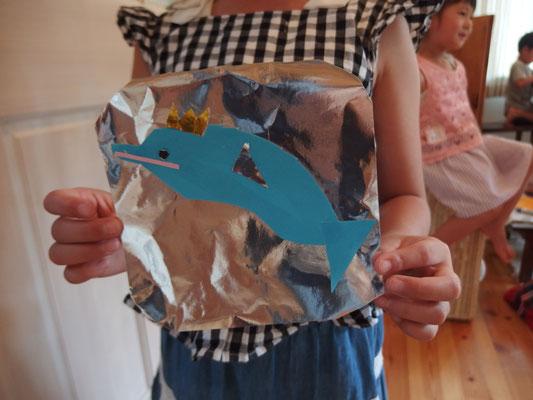 ピカピカの海でイルカが泳ぐ