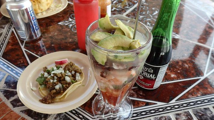 これもやりたかったリストの一つ!BETO'Sという地元のメキシカン料理屋にメキシコ人に連れて行ってもらって、食べた謎の料理が判明した!Shrimp Cocktail...初めてこれでパクチーを食べ、衝撃的なまずさで吐き出したかったけど、美味しそうに食べるメキシコ人を前にそんなことできず、でも美味しそうに食べてるんだから美味しいんじゃないかと思って食べ続け、結果パクチーが大好きになったやつ
