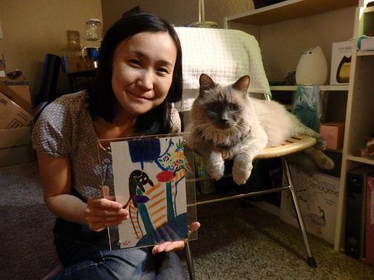 お祝いに絵を描こうとしたけど、猫好きだから以前作ったこの絵がいいかなと思ったら、想像以上に喜んでくれた!愛猫エルがバッチリカメラ目線なのが最高!