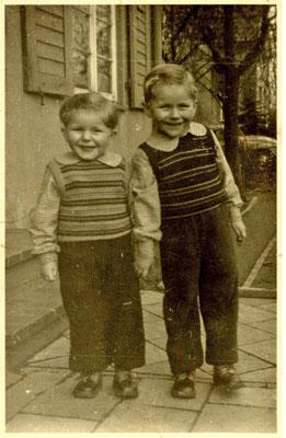 Ich (links) mit meinem Bruder.