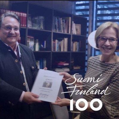 """Überreichung von """"Haavoittunut Enkeli"""" (w 266) in der finnischen Botschaft in Berlin anläßlich der 100jährigen Unabhängigkeit Finnlands 2017"""