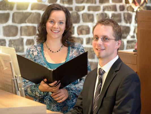 Steffi und Gabriel Isenberg an der Orgel in St. Viktor Damme (Foto: Tino Trubel, 2012)