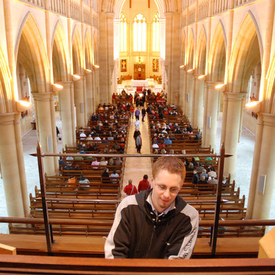 An der Orgel der Sacred Heart Cathedral Bendigo, Australien (Foto: Claudia Auffenberg, 2008)