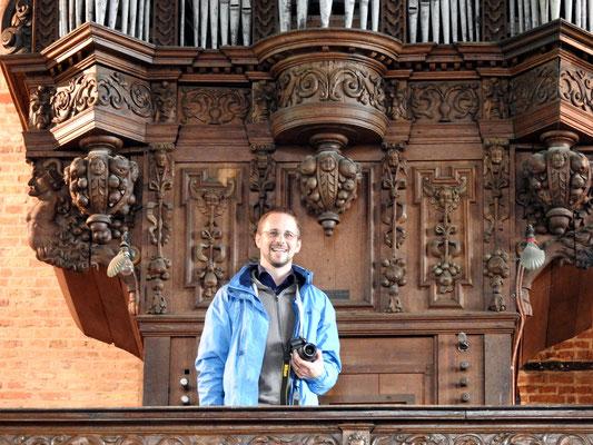 Vor der historischen Orgel der Onze-Lieve-Vrouwe-Kerk Damme, Belgien (Foto: Johannes Wübbolding, 2016)
