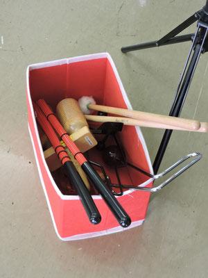 打楽器用のスティックなどが様々に置かれていました。
