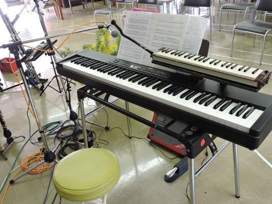 MIKIさんの演奏するピアノとハモニカ
