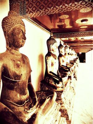 I wie INDIVIDUALITY symbolisiert durch den Buddha der aus der Reihe tanzt