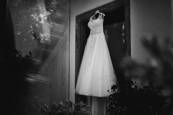 Das Brautkleid kommt mit zum Coiffeur