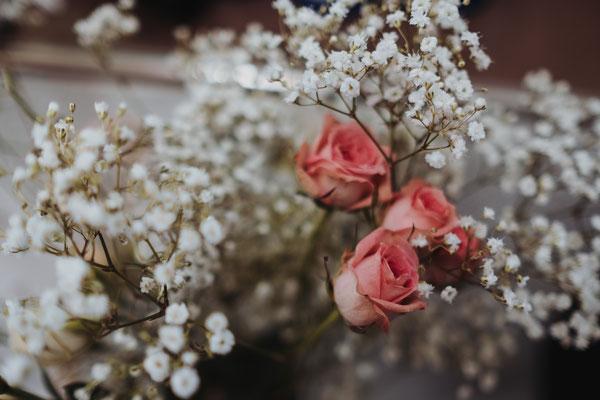 Hochzeitsfrisur passend zu den Blumen