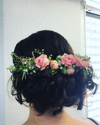 Hochgesteckte-Brautfrisur-mit-echten-Blumen-Coiffure-in-Steffisburg