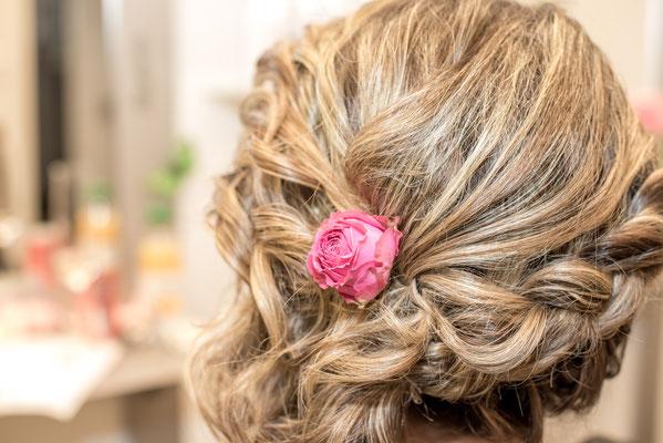Hochzeitsfrisur mit Steckblumen von Coiffure Lockenroll - Steffisburg bei Thun