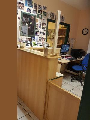 "Unsere ""Anmeldung"" mit Corona-Schutzscheibe. An der Wand Photos der vielen Patienten unserer Kleintierpraxis"